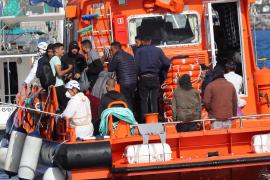 Llegada de la Salvamar Menkalinan al muelle de Arguineguín con inmigrantes rescatados de una patera