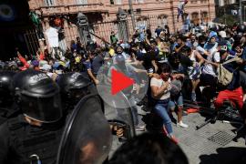 Fuertes disturbios en el cierre del velatorio de Maradona