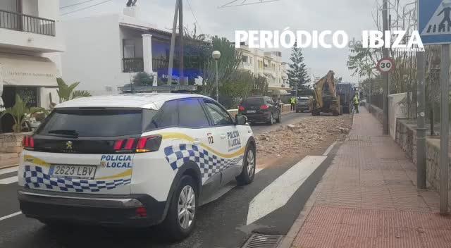 Un camión pierde su carga en la avenida Cap Martinet de Jesús