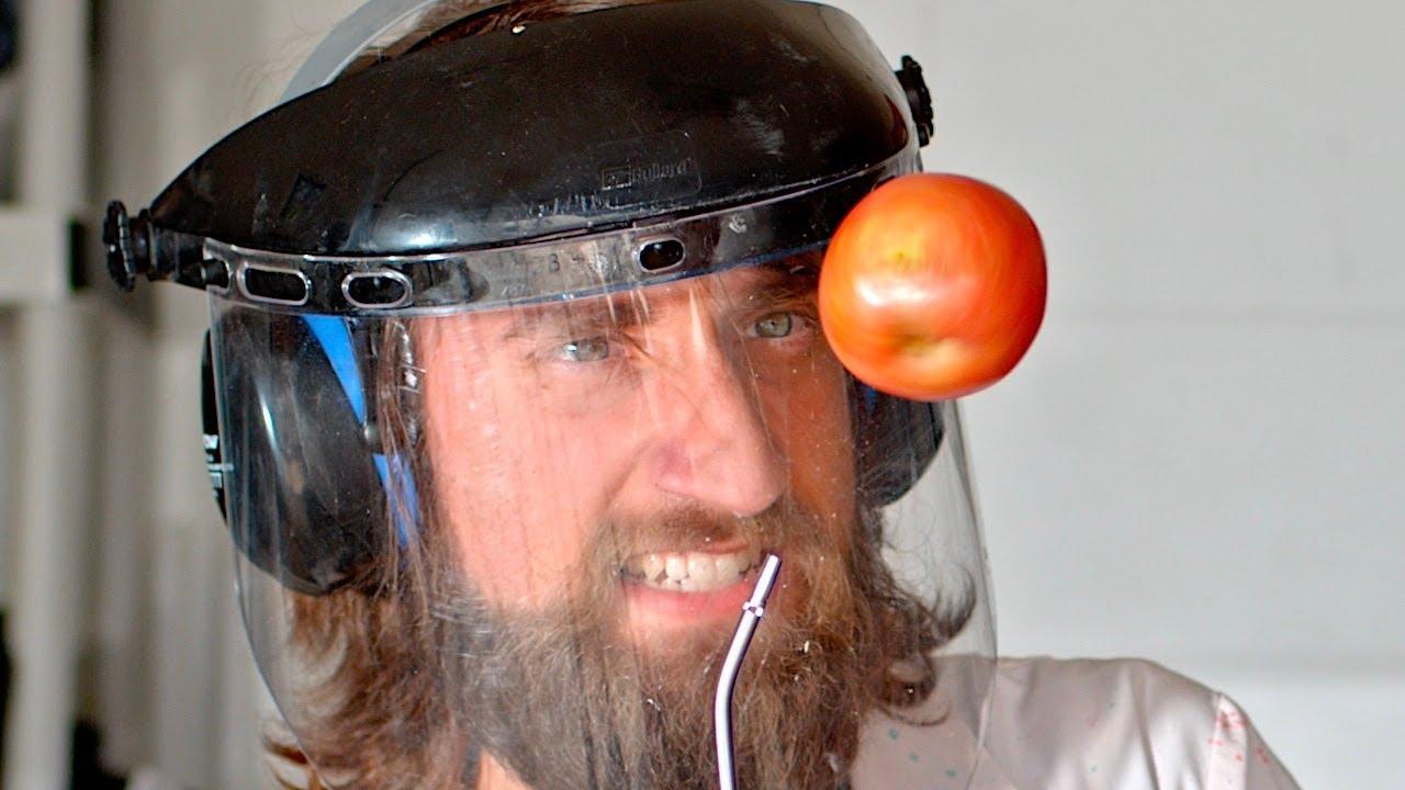 Hacen levitar una manzana con aire comprimido hasta que explota