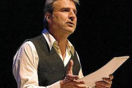 Alberto San Juan en un momento de la obra de teatro