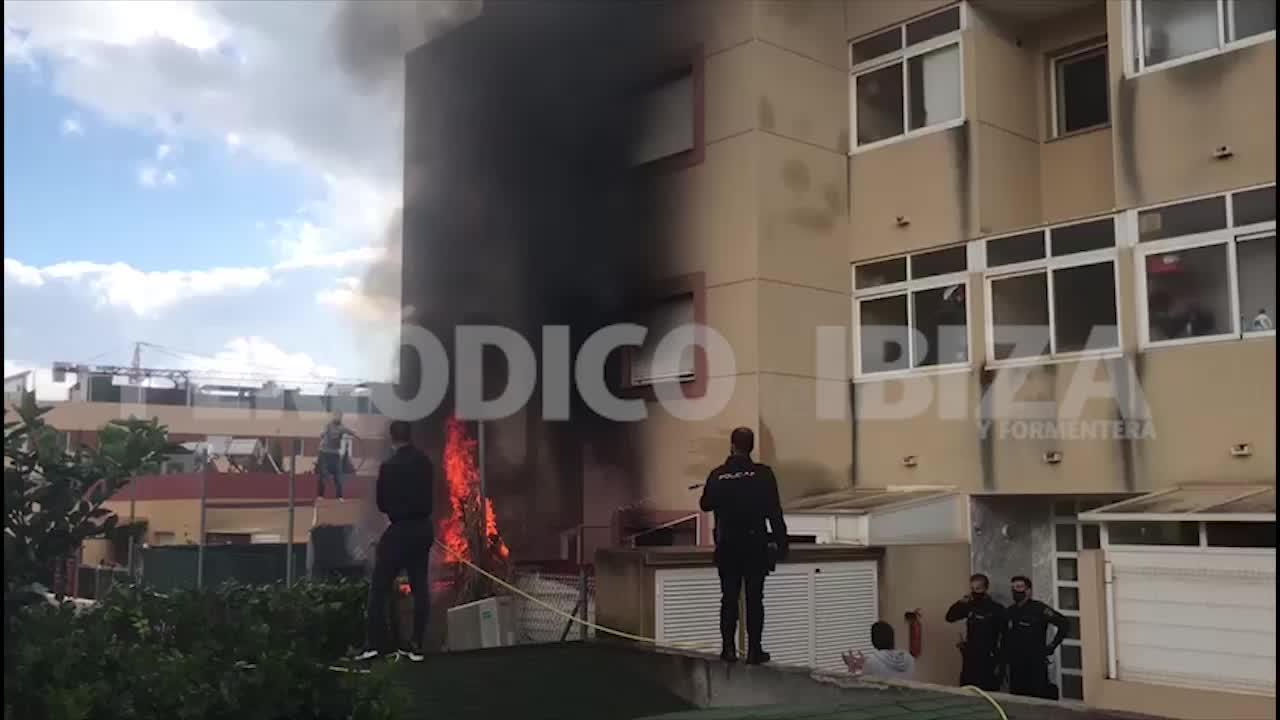 Tensión en Cas Serres por un aparatoso incendio en la terraza de una vivienda