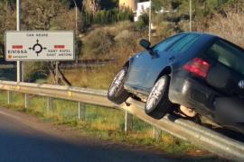Un coche acaba enganchado sobre un guardarraíl tras salirse de la carretera en Can Negre