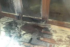 Un vigilante de seguridad sofoca un incendio en un local de Sant Antoni