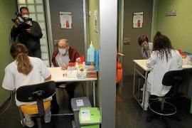 Médicos y enfermeras piden refuerzos para afrontar la vacunación contra la COVID-19