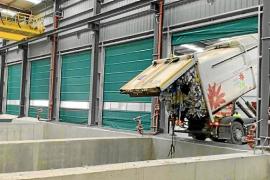 Un camión deja los residuos en la planta de triaje de Ca na Putxa que está en fase de pruebas