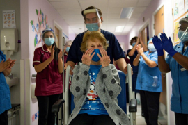 Una mujer de 90 años de Reino Unido, primera persona en recibir la vacuna de Pfizer en el mundo