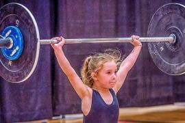 Una niña de 7 años hace historia convirtiéndose en la más fuerte del mundo
