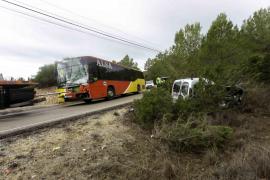 El conductor de una furgoneta muere tras chocar contra un bus escolar en Ibiza