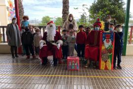 Escolares de Vila realizan 1.300 postales navideñas para pacientes hospitalizados