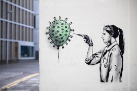 Una enfermera se convierte en la primera persona en recibir la vacuna contra el coronavirus en EEUU