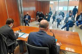 Representantes de la asociación Ocio de Ibiza acudieron ayer a la reunión con Vicent Marí y Iago Negueruela, de espaldas