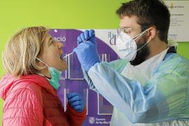 El Govern amplía a más de 200 los centros para hacerse una PCR gratis para volver a Baleares