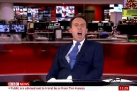 La reacción de un presentador cansado, cazado en pleno directo bostezando
