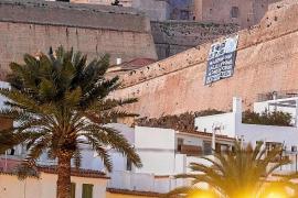 Vila amanece 'bombardeada' de carteles a favor de ayudas