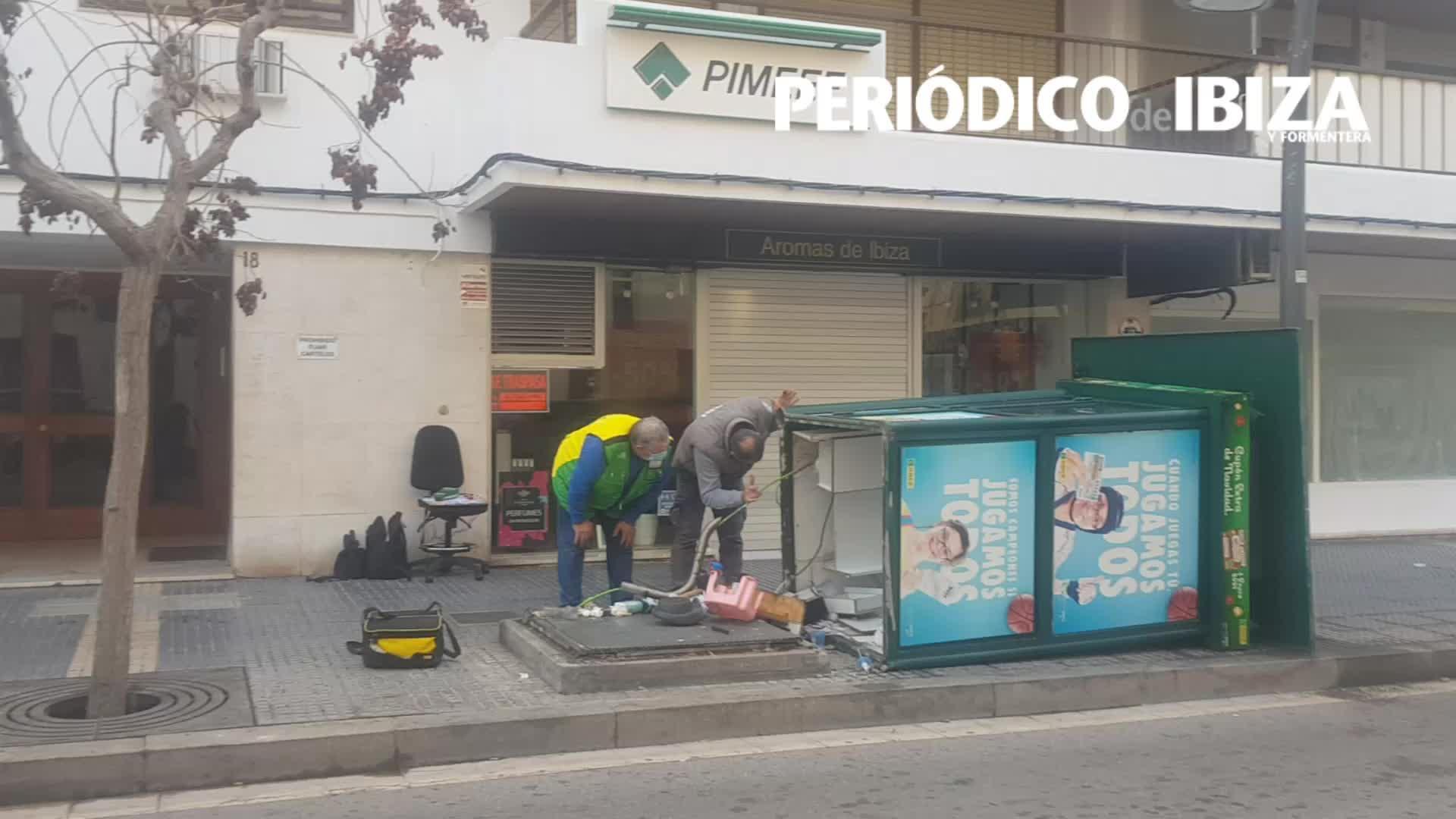 Un camión de reparto arranca y tumba una caseta de la ONCE en Ibiza