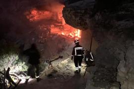 Los bomberos apagan un incendio en una cueva en Cala Bassa