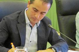 Alcaraz defiende sus logros como delegado del Govern y la oposición lo tacha de innecesario