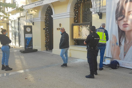 Intensifican la búsqueda de los dos ladrones que reventaron a mazazos la boutique Rolex de Ibiza