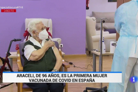 Araceli, de 96 años, la primera mujer vacunada contra la COVID-19 en España