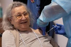 Avelina Serrano, de 94 años, primera vacunada contra el coronavirus en Baleares