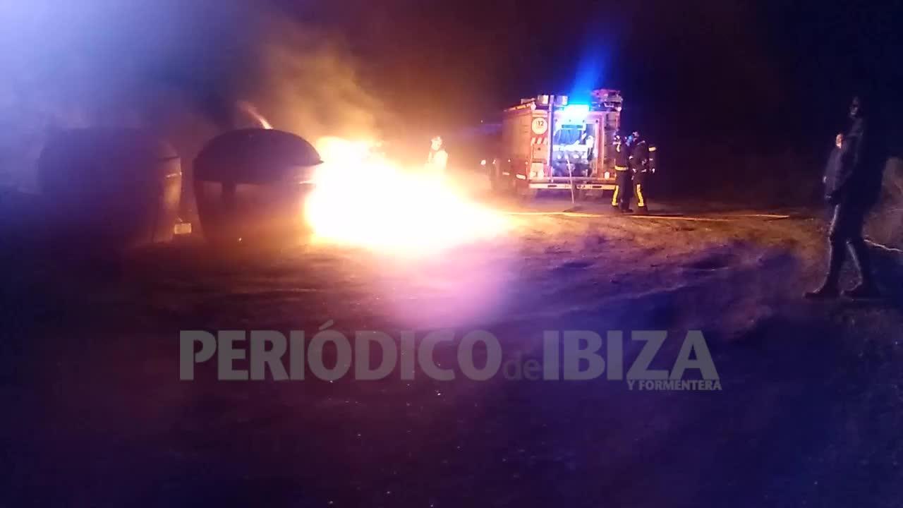 Alarma en Sant Antoni por el incendio de unos contenedores