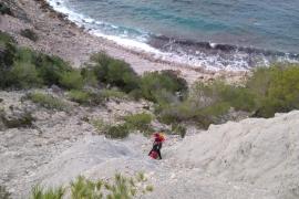 Los bomberos rescatan a un joven atrapado en un acantilado de Sant Joan