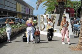 Los hoteleros esperan que el confinamiento de Reino Unido acelere la reactivación del turismo, aunque temen que Ibiza no esté preparada