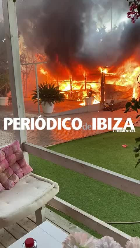 Sobresalto en Cala de Bou por un virulento incendio en un garaje particular