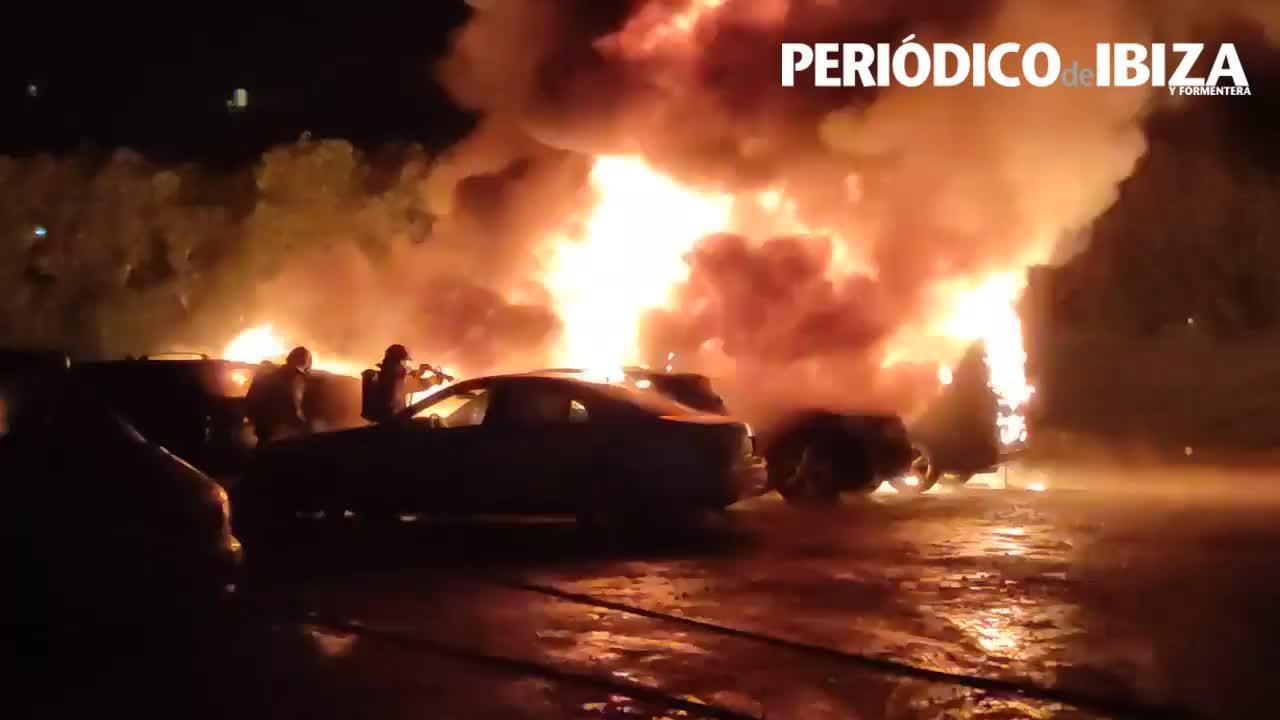 Un pavoroso incendio calcina una docena de vehículos en Ibiza