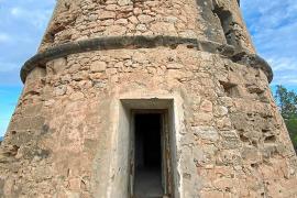 La puerta de la torre está reventada y el interior en muy mal estado. Abajo, detalle del mal estado del exterior.