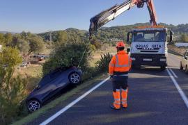 Herida una conductora tras caer por un desnivel en Sant Josep