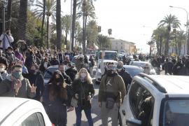 Una tensa protesta en Palma no autorizada de la restauración pide la dimisión de Armengol