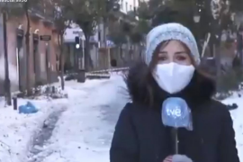 El susto de una reportera mientras informaba sobre la nevada