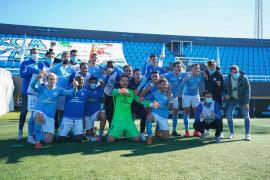 El equipo de la UD Ibiza celebra el triunfo en el campo de Can Misses.