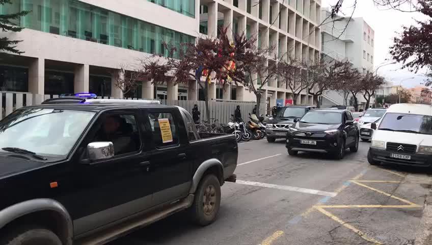 Unos 150 coches recorren la ciudad tocando el claxon para protestar por el cierre del sector de la restauración