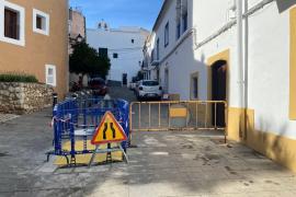 Vila repara con urgencia un tramo hundido de la calle Joan Roman, en Dalt Vila
