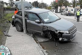 Un conductor borracho se empotra contra dos farolas en Sant Josep