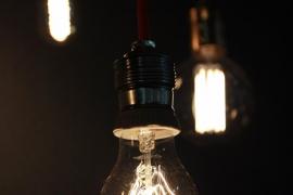El precio de la luz baja un 34,5% este sábado
