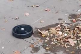 Una Roomba limpiando la calle sorprende a los transeúntes de Barcelona