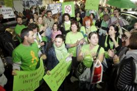 Medio millar de profesores, padres y alumnos abarrotan la Delegació d'Educació