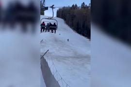 Graban a un esquiador huyendo de un oso en plena pista de esquí