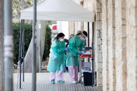 Colas en el Centro de Salud Es Viver para hacerse una PCR, en imágenes.