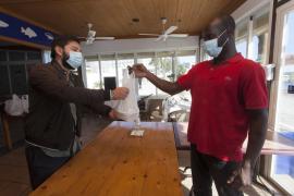 Casa Manolo reparte menús solidarios para los desfavorecidos
