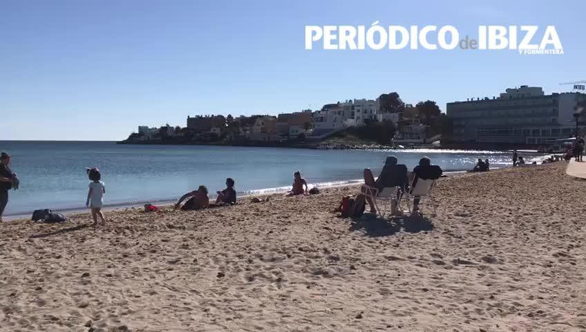 Las buenas temperaturas atraen a los bañistas a las playas de Ibiza