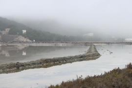 Ibiza despierta cubierta por tupidos bancos de niebla