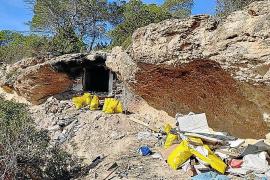 Retiran 1.500 kilos de residuos en una cueva 'okupada' de Cala Bassa