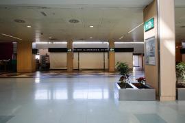 El Govern exige a Aena una rebaja de alquiler de los comercios del 50%