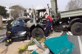 Un camión provoca un espectacular choque múltiple con un herido grave en Can Clavos