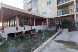 El apuntalamiento de los Apartamentos Don Pepe, en imágenes.